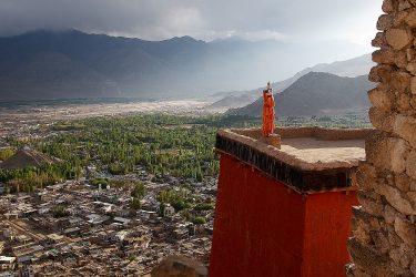 Leh. Ontdek Delhi en vlieg naar Leh, schitterend gelegen in de droge Himalaya. Geniet van een culturele rondreis, een trektocht of expeditiie in Ladakh, vaak incl festival.