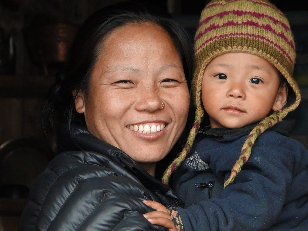 Mother and child, Lukla 2750m-Puyan 2750m Expeditie trektocht Mera Peak 6461m Island Peak Nepal   Snow Leopard