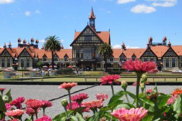 6 Bathhouse met bloemen - NZ Nieuw-Zeeland - indiv autorondreis   Snow Leopard
