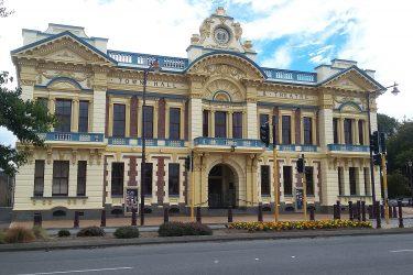 66 Invercargill - Theater - NZ Nieuw-Zeeland - indiv autorondreis   Snow Leopard
